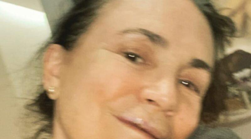 Regina Duarte cai na rua e tem três dentes quebrados